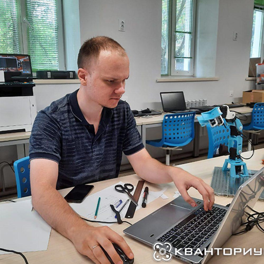 Наставник за учебой: Максим Попов работает с манипулятором в рамках «Hard skills лето 2021»