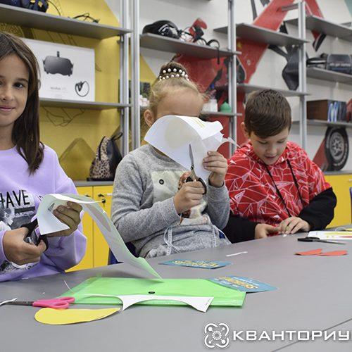 Кванторианцы Свободного поздравляют своих учителей сделанными на мастер-классе открытками