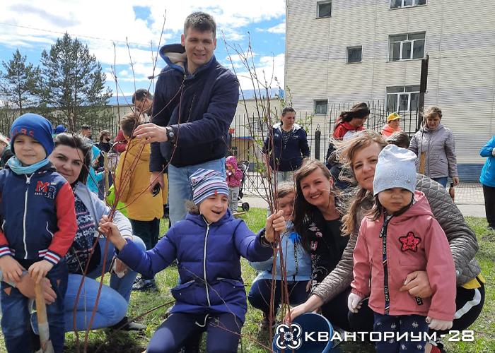 «Кванториум-28» присоединился к посадке «Сада памяти» в Благовещенске