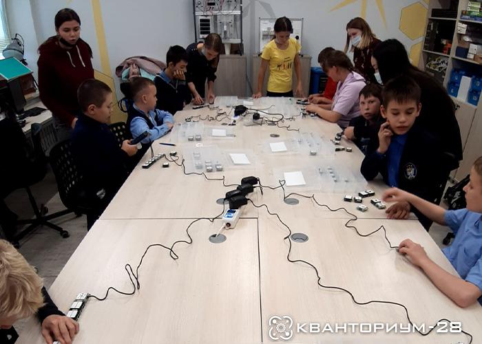 Наставник Энерджиквантума провел для школьников с ОВЗ занятие, посвященное силе тока